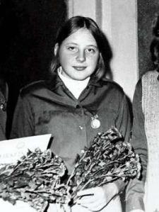 Merkel als Jugendliche mit Auszeichnung der Ehrenplakette für gute Kommunisten