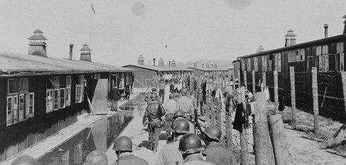 GI´s auf Besichtigungstour im KZ Buchenwald