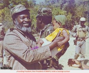 Sam Nujoma mit einem Überlebenden Kind aus Cassinga